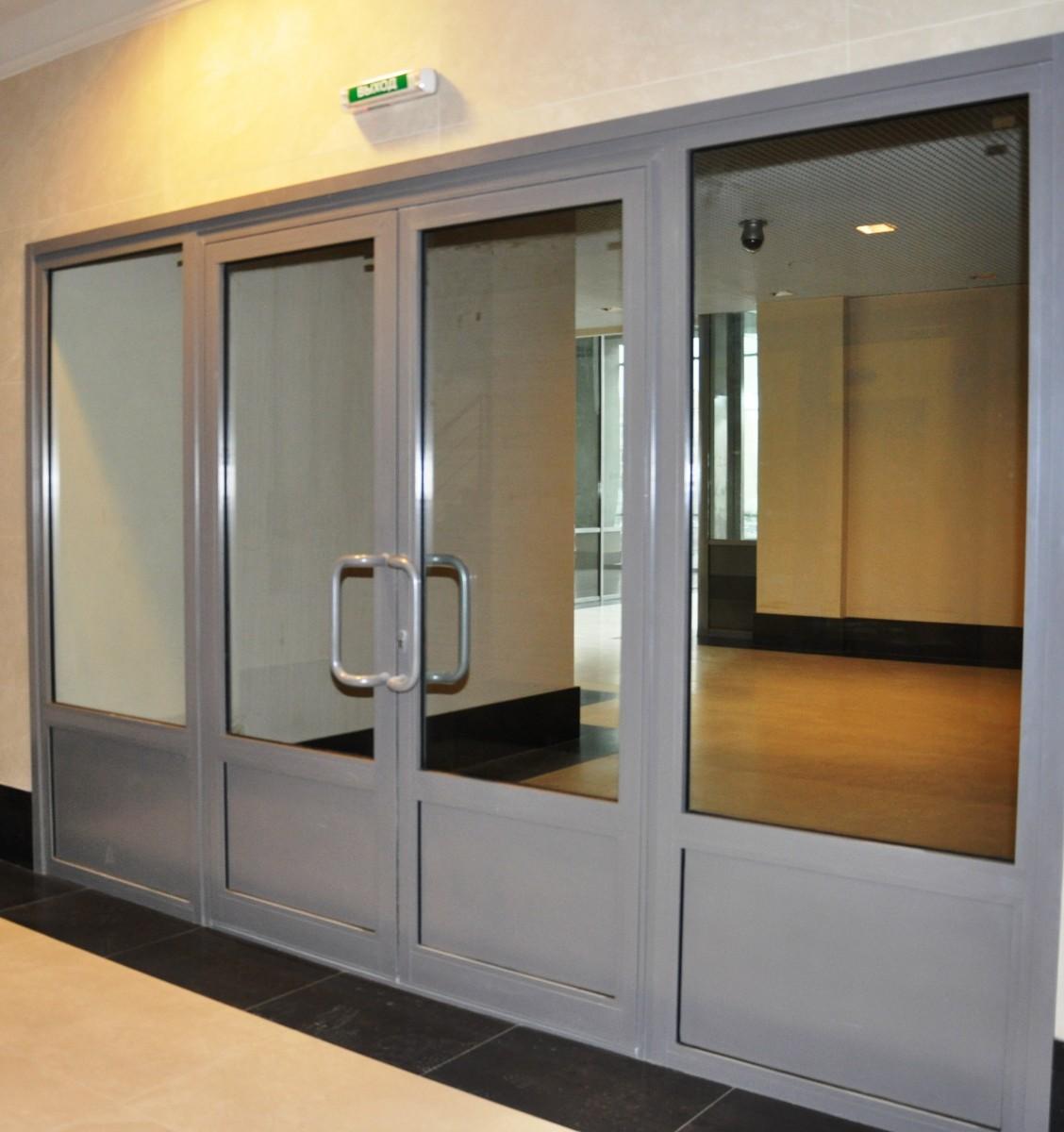 Маятниковые двери алюминиевые: особенности установки